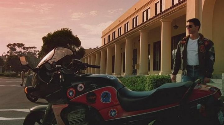 The motorcycle Kawasaki GPZ 900 R by Pete Mitchell (Tom Cruise) in Top Gun movie