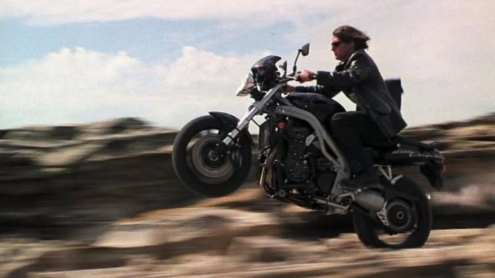 The motorcycle Triumph Speed Triple 955i of Ethan Hunt (Tom Cruise) in Mission : Impossible II - Movie Outfits and Products