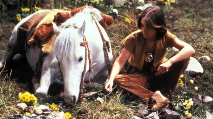 The necklace Auryn Bastien (Barret Oliver) in neverending story - Movie Outfits and Products