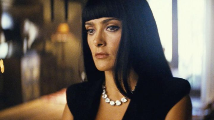 The necklace Bottega Veneta Salma Hayek in Savages - Movie Outfits and Products