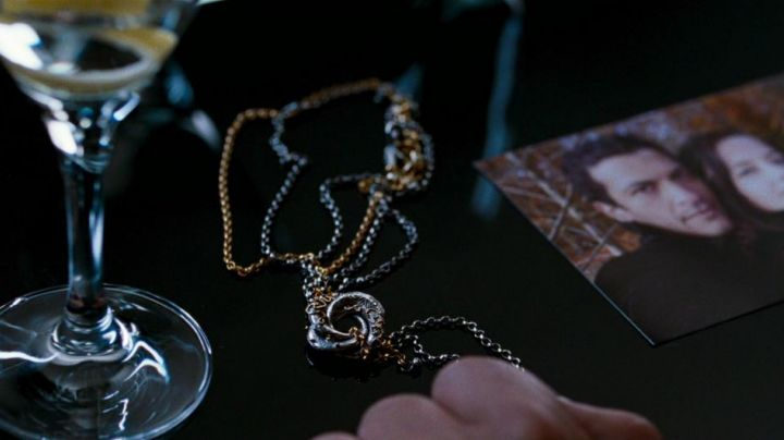 The necklace Vesper Lynd (Eva Green) in Casino Royale - Movie Outfits and Products