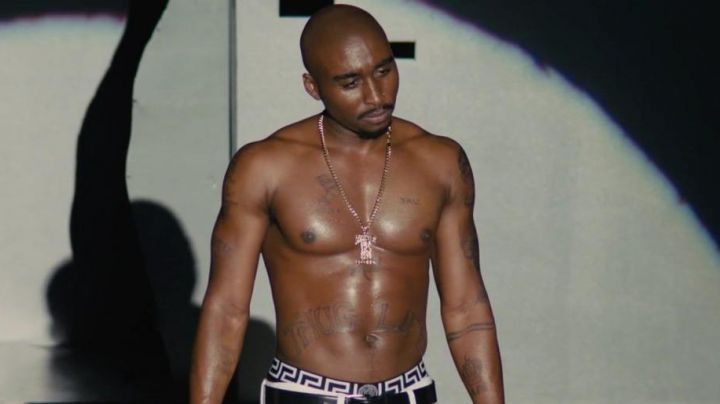 The necklace bling bling Tupac Shakur (Demetrius Shipp, Jr.) in All Eyez on Me - Movie Outfits and Products