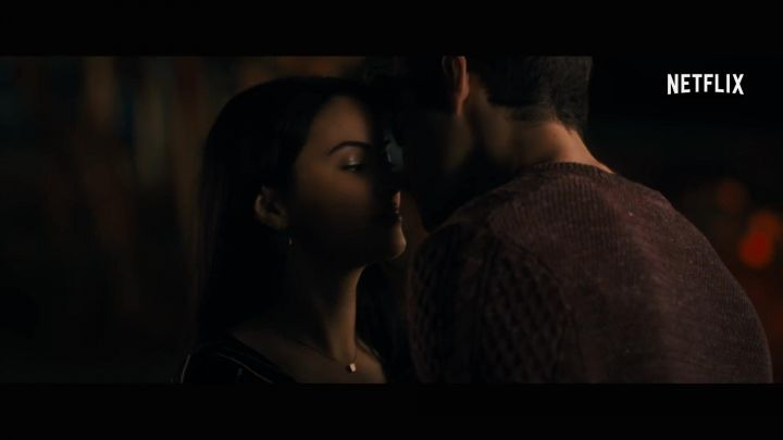 The necklace in gold with pendant square Shelby Pace (Camila Mendes) in The Perfect Date Movie
