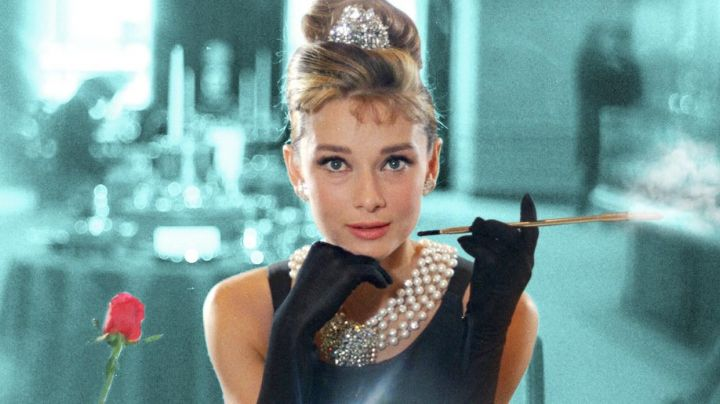 The necklace of pearls of Holly Golightly (Audrey Hepburn) in Diamonds on sofa movie