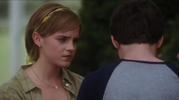 The necklace star Emma Watson in The World of Charlie - Movie Outfits and Products