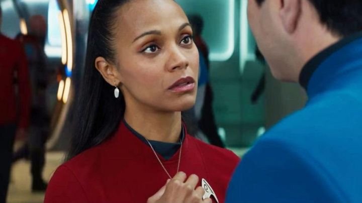 The necklace vulcain offered by Spok to Uhura (Zoe Saldana) in Star Trek without limits - Movie Outfits and Products