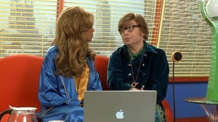 The notebook Austin powers (Mike Myers) in Austin powers in goldmember - Movie Outfits and Products