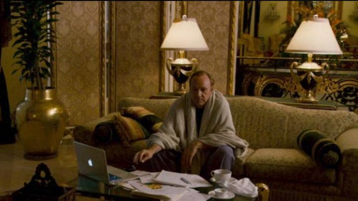The notebook of Robert Axle (Kevin Spacey) in Father of invention - Movie Outfits and Products