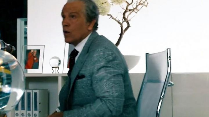 The office chair Bruce (John Malkovitch) in Transformers 3 - Movie Outfits and Products