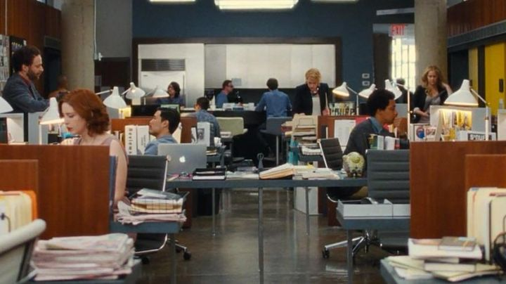 The office chair Nikki (Vanessa Bayer) in Crazy Amy - Movie Outfits and Products