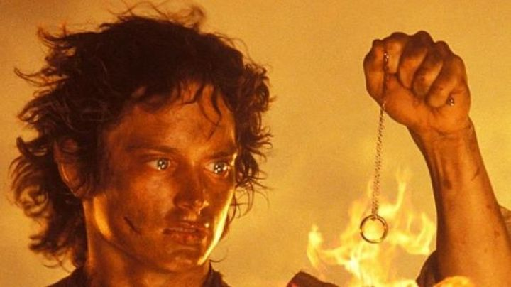 The one ring carried by Frodo (Elijah Wood) in Lord of The rings : the Return of The king - Movie Outfits and Products