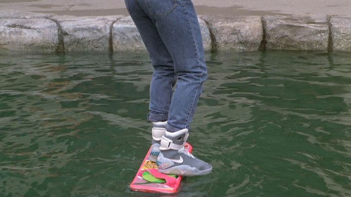 The pair of Nike Air Mag of Marty McFly (Michael J. Fox) in Back to the future 2 - Movie Outfits and Products
