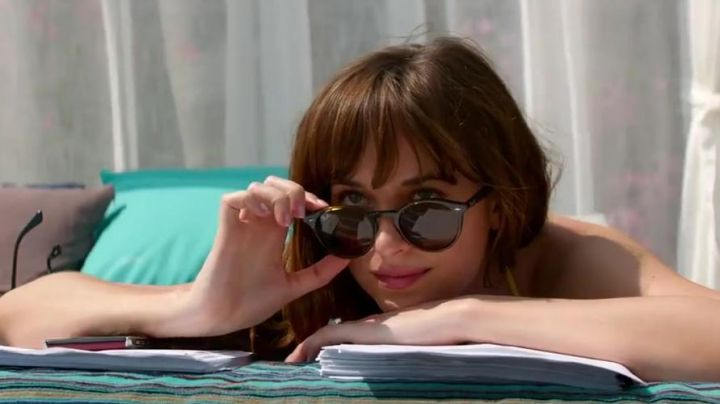 The pair of Ray-Ban Highstreet scales of Anastasia Steele (Dakota Johnson) in 50 shades lighter - Movie Outfits and Products