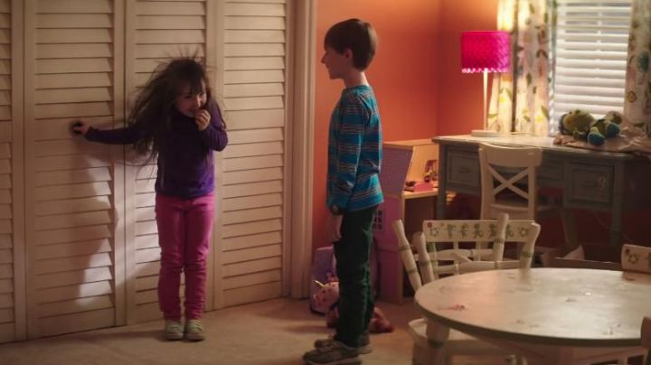 The pair of sneakers New Balance of Griffin Bowen (Kyle Catlett) in Poltergeist - Movie Outfits and Products