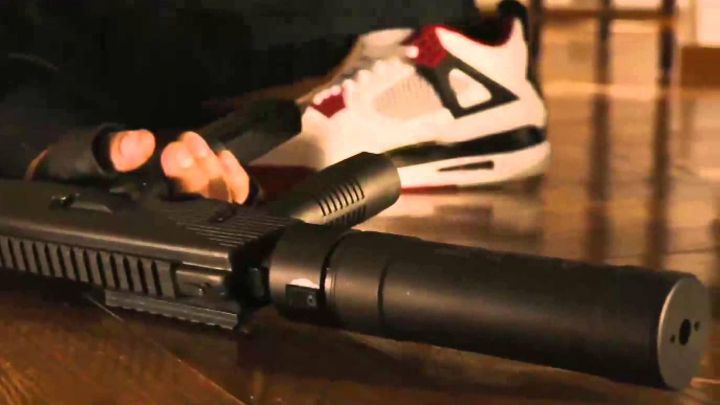 """Fashion Trends 2021: The pair of sneakers Nike Air Jordan IV """"Fire Red"""" carried by the president Sawyer (Jamie Foxx) in White House Down"""