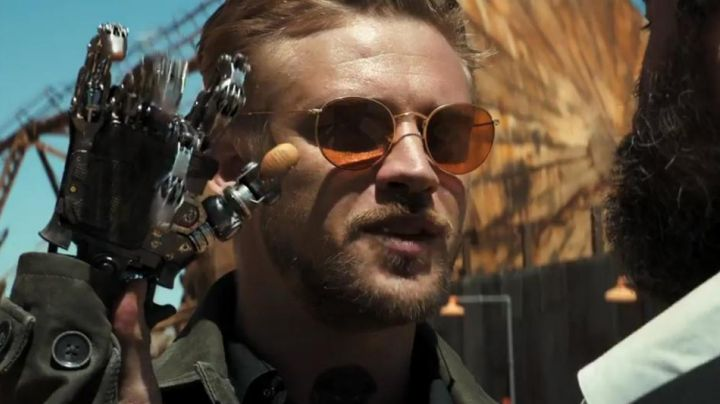 The pair of sunglasses glasses brown Donald Pierce (Boyd Holbrook) in Logan - Movie Outfits and Products