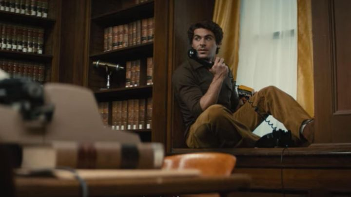 The pants in brown velvet of Ted Bundy (Zac Efron) is in Extremely Wicked