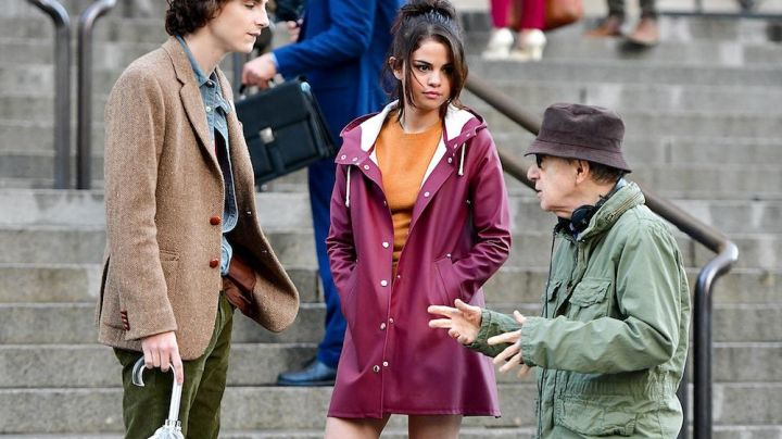 The parka bordeaux Selena Gomez on the set of A Rainy Day in New York - Movie Outfits and Products