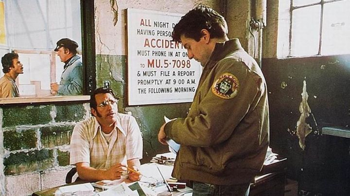 """Fashion Trends 2021: The patch / crest """"King Kong Company' jacket Travis Bickle (Robert de Niro) in Taxi Driver"""