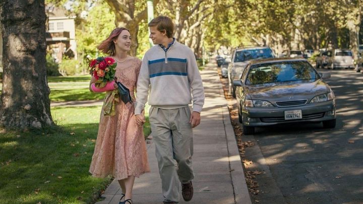 The pearl necklace Christine McPherson (Saoirse Ronan) in Lady Bird - Movie Outfits and Products
