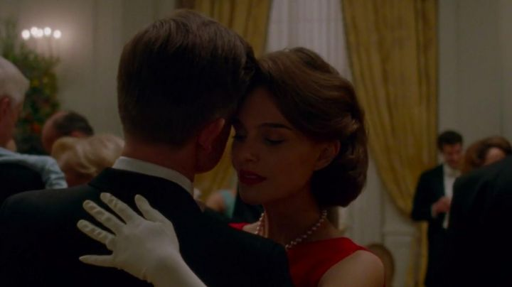 The pearl necklace of Jackie Kennedy (Natalie Portman) in Jackie