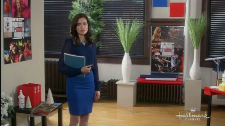 The pencil skirt blue Jennie Stanton (Torrey DeVitto) in The most beautiful festival of Christmas - Movie Outfits and Products
