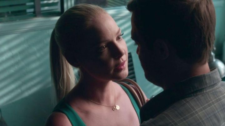 The pendant horseshoe Tessa Connover (Katherine Heigl) in Unforgettable - Movie Outfits and Products