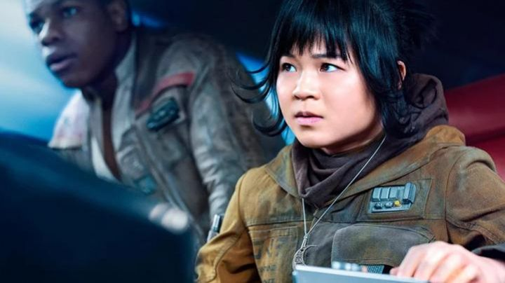 The pendant in the shape of a crescent moon Rose Tico (Kelly Marie Tran) in Star Wars : The Last Jedi - Movie Outfits and Products