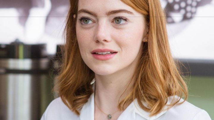 The pendant necklace of Emma Stone (Mia) in the The Land - Movie Outfits and Products