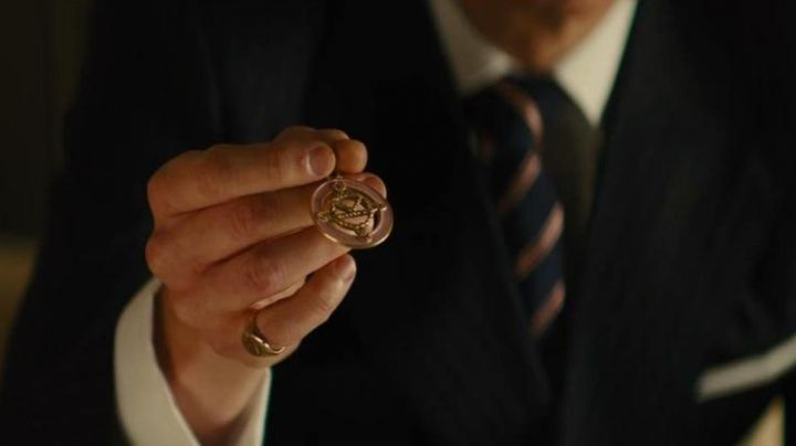 The pendant of Kingsman's Eggsy (Taron Egerton) in Kingsman : the Secret Service - Movie Outfits and Products