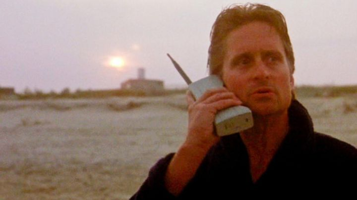 The phone Motorola 8000X Dynatac, Gordon Gekko (Michael Douglas) in Wall Street - Movie Outfits and Products