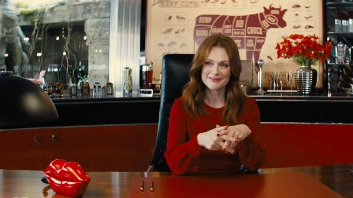 The phone in the shape of a mouth of Poppy (Julianne Moore) in Kingsman : The golden circle - Movie Outfits and Products