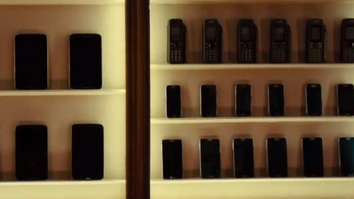 The phones in the shop of Kingsman : the Secret Service - Movie Outfits and Products