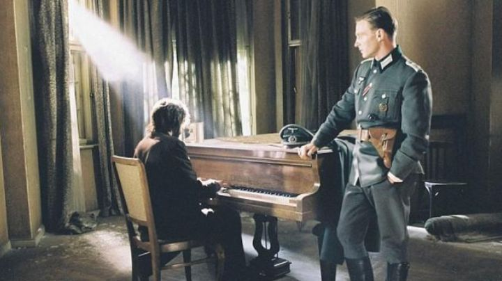 The piano Perzina Wladyslaw Szpilman (Adrian Brody) in The Pianist - Movie Outfits and Products