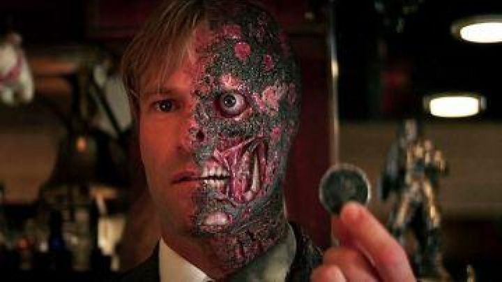 The piece of Double-Face/ Harvey Dent (Aaron Eckhart) in The Dark Knight : The black knight - Movie Outfits and Products