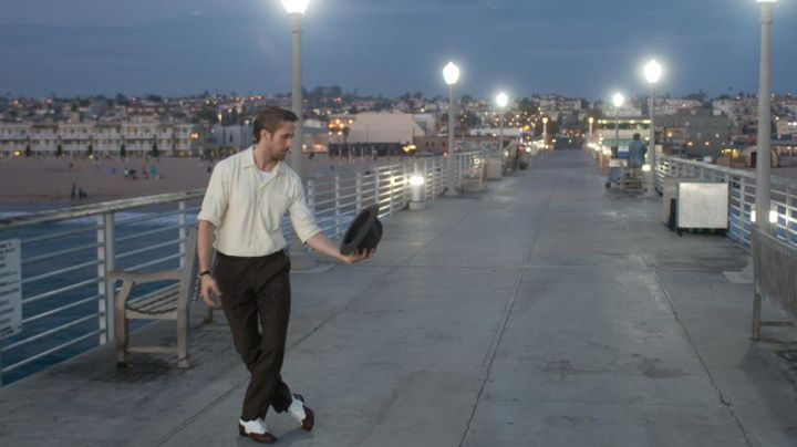 The pier of Hermosa Beach in Los Angeles where walks Sebastian (Ryan Gosling) in the The Land - Movie Outfits and Products