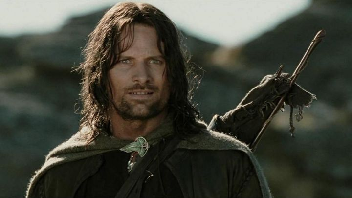 The pin in the leaf of lorien in order of Aragorn (Viggo Mortensen) in The Lord of the Rings : the fellowship of The ring movie