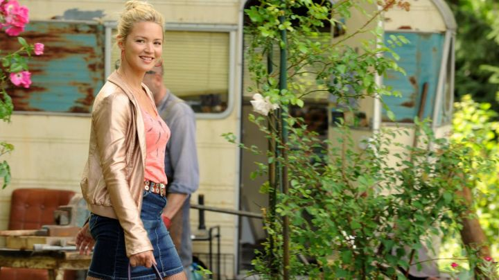Fashion Trends 2021: The pink jacket satin Purple (Virginie Efira) in A family to rent