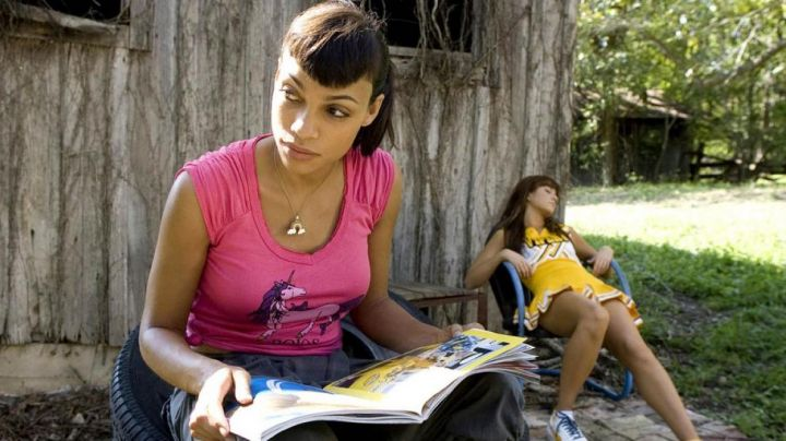 "The pink t-shirt Unicorn of Abernathy (Rosario Dawson) in "" Boulevard of death movie"