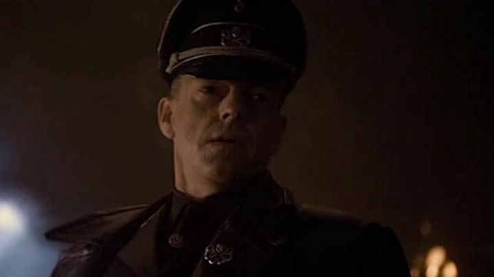 The pin's Hydra Skull red (Hugo Weaving) in Captain America : The First Avenger - Movie Outfits and Products