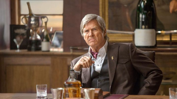 The pin's dollar-gold Agent Champagne (Jeff Bridges) in Kingsman : The Golden Circle - Movie Outfits and Products
