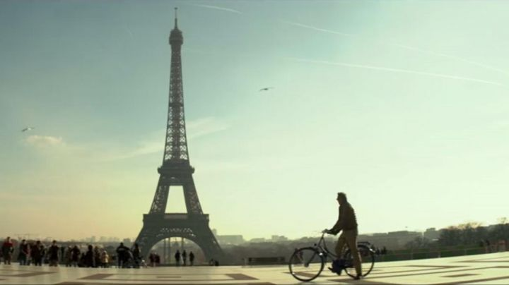 The place du Trocadéro in 3 days to kill ( Kevin Costner ) - Movie Outfits and Products