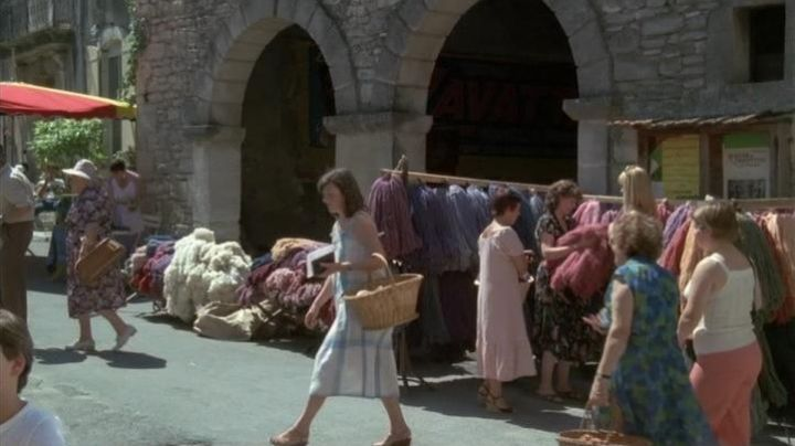 The place of the fountain in Saignon in the Vaucluse in The babas cool - Movie Outfits and Products