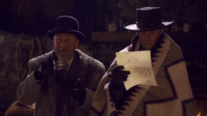 The plaid of the Sheriff Chris Mannix (Walton Goggins) in The 8 guys / The Hateful Eight - Movie Outfits and Products