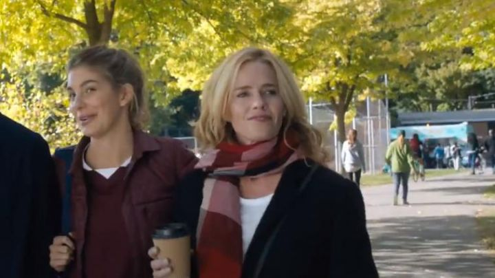The plaid scarf red Lucy Kersey (Elisabeth Shue) in Death Wish - Movie Outfits and Products