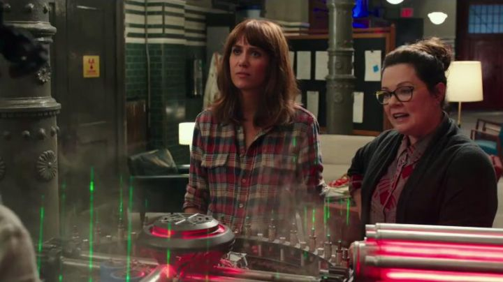 Fashion Trends 2021: The plaid shirt of Erin Gilbert (Kristen Wiig) in Ghostbusters