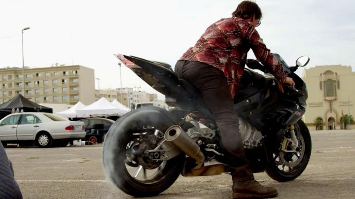 The plaid shirt red Ethan Hunt (Tom Cruise) in Mission : Impossible - Rogue Nation movie