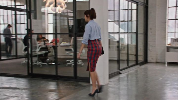 The plaid skirt in red and blue by Jules Ostin (Anne Hathaway) in The New Intern
