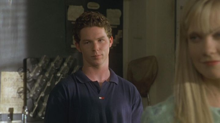 The polo navy blue Tommy Hilfiger Stan Rosado (Shawn Hatosy) in The Faculty - Movie Outfits and Products