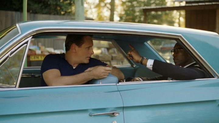 The polo navy blue Tony Lip (Viggo Mortensen) in Green Book : On the roads of the south Movie